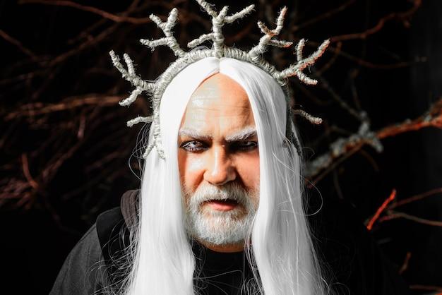 Horror man gezicht. duivel op halloween-nacht met professionele make-up. bebaarde man klaar voor feest.