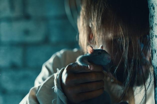 Horror voor halloween-vakantie gekke man in een vies meetshirt in een oud verwoest huis is op slot en maakt iedereen bang om een slachtoffer met rat te verwachten