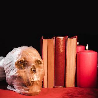 Horrorconcept met schedel en boeken