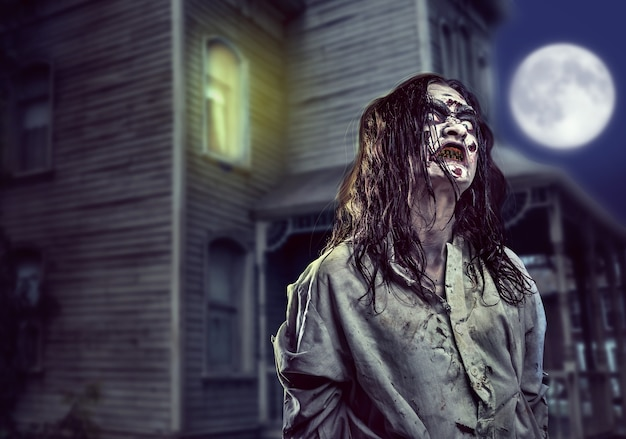 Horrorzombie in de buurt van het verlaten huis. halloween.
