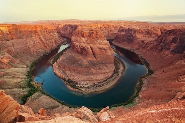 Horseshoe bend in de buurt van page, utah, vs. mooie ongebruikelijke amerikaanse landschappen.