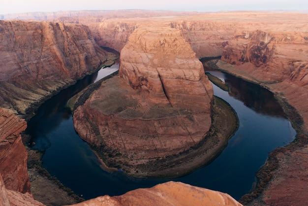 Horseshoe bend in het nationale recreatiegebied glen canyon in de vroege ochtend