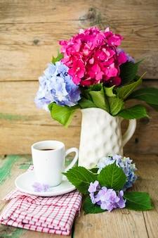 Hortensia bloemen en koffie