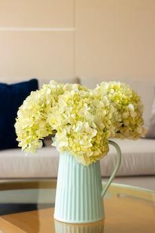 Hortensia bloemstuk in een fijne huiskamer