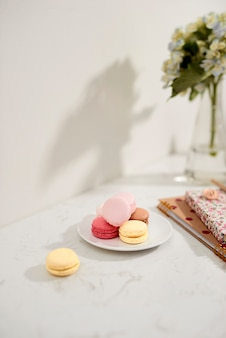 Hortensia boeket met franse macarons in het zonlicht. vrouw en lifestyle bedrijf en werk vanuit huis concept.