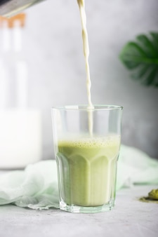 Hot green matcha latte met amandelmelk