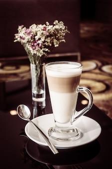 Hot latte koffie kopje op tafel