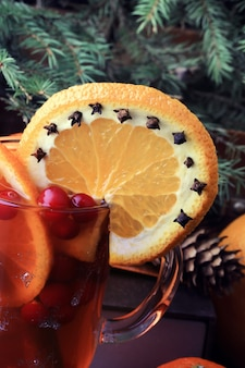 Hot punch met oranje cranberry en spice vintage kerst spar kegels oude houten achtergrond rustieke stijl