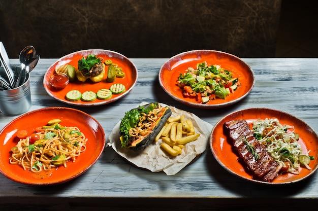 Hotdog, barbecue varkensribbetjes, steak, carbonara pasta en krabsalade.