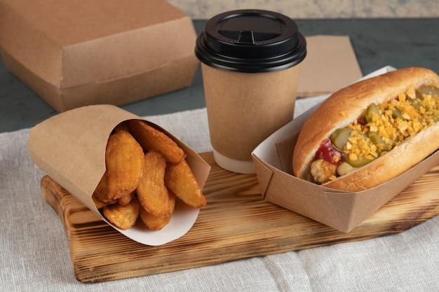 Hotdog in ambachtelijke verpakking voor bezorging