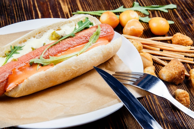 Hotdog met augurken en rucola en snacks van gerookt bier