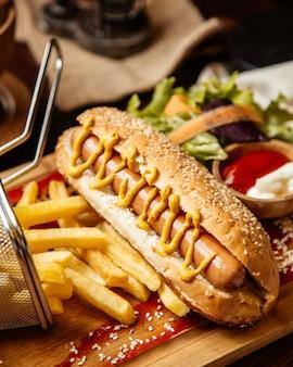 Hotdog met mosterd op zij zijaanzicht
