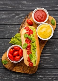 Hotdog met sla en tomaten