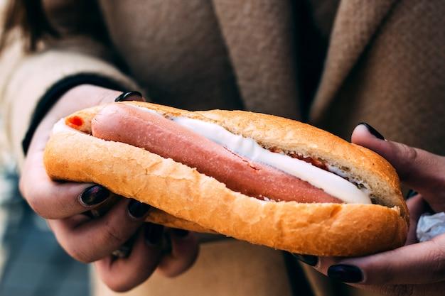 Hotdog met witte kaas