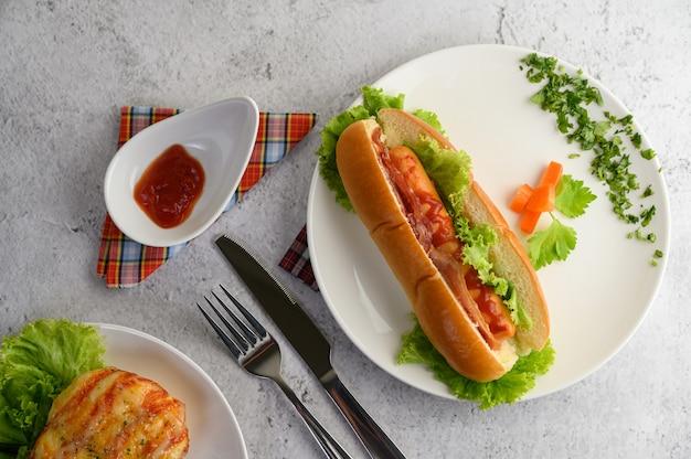Hotdog prachtig geplaatst in witte schotel