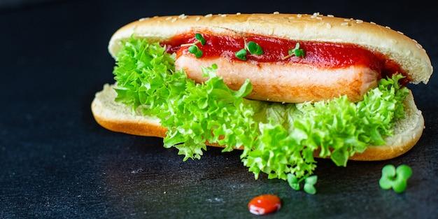Hotdog sandwich worst tomatensaus sla blad fastfood gedeelte