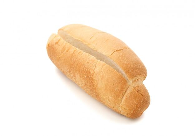 Hotdogbroodje op wit wordt geïsoleerd dat