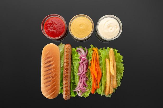 Hotdogingrediënten op donkere lijst