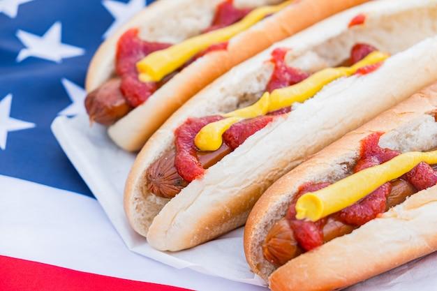 Hotdogs en amerikaanse vlag.