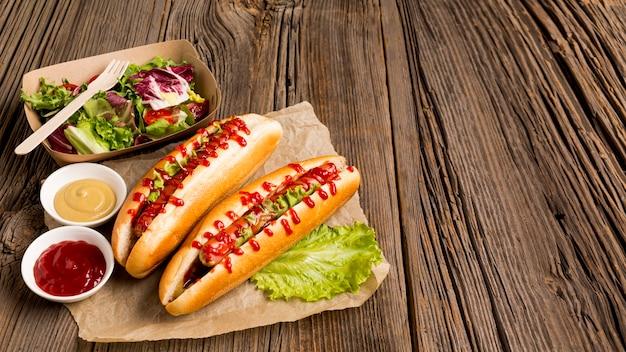 Hotdogs en kleine kommen met kruiden