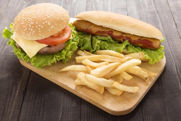 Hotdogs, hamburgers en frietjes op het hout