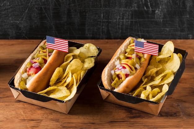 Hotdogs met hoge hoek en chips