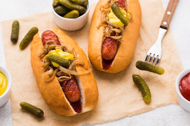 Hotdogs met hoge hoek met mosterd en ui
