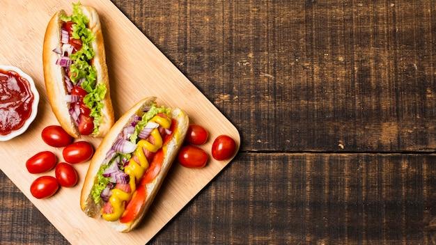 Hotdogs op cutboard met kopie ruimte