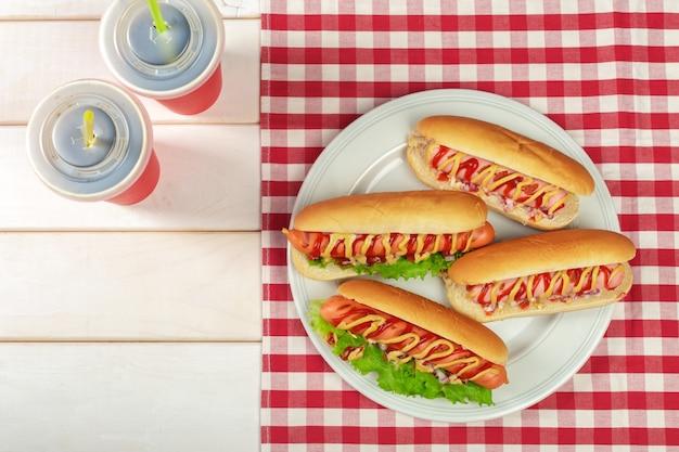 Hotdogs op houten achtergrond