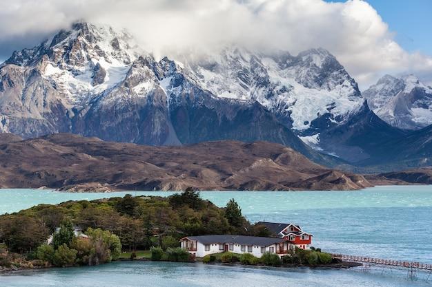 Hotel aan de oever van het meer