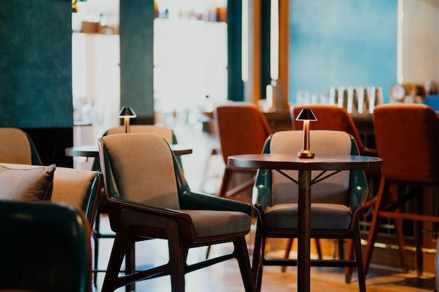 Hotel eetkamer met comfortabele stoelen