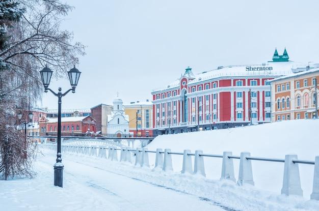 Hotel en de kapel van sint nicolaas de wonderwerker vanaf de muren van het kremlin in nizhny novgorod
