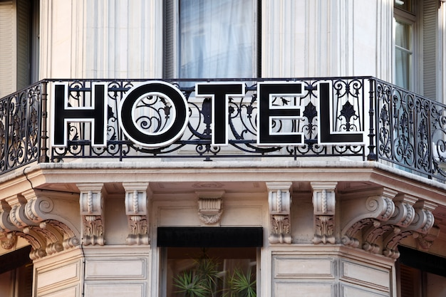 Hotel entrance sign in parijs