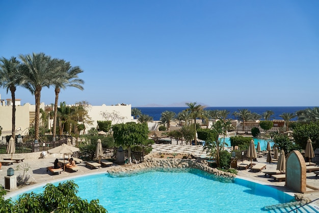 Hotel met palmen en zwembad in de zomer