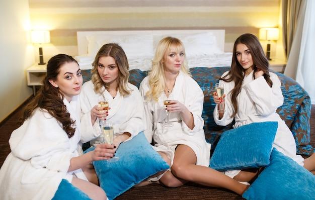 Hotel, reizen, vriendschap en geluk concept - lachende vriendinnen plezier.