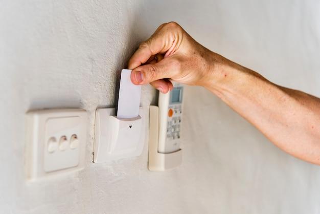 Hotelgast die keycard invoert om de elektriciteit aan te zetten
