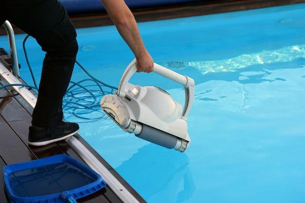 Hotelpersoneel dat het zwembad schoonmaakt