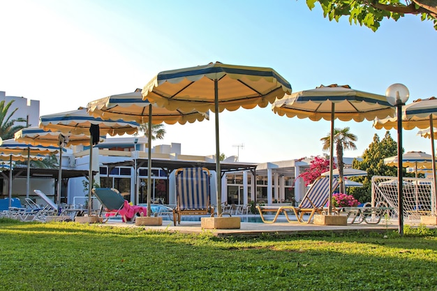 Hotelresort met parasols en stoelen bij zwembad