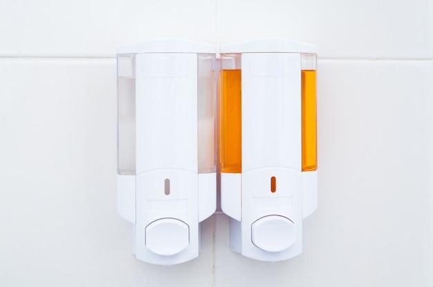Hotelvoorzieningen zeep en shampoo en conditioner in de badkamer, vloeibare zeep in het badkamerhotel