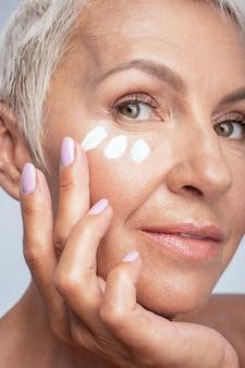 Hou ervan. portret van een mooie volwassen vrouw die zich voorbereidt op een date, anti-age make-up doet