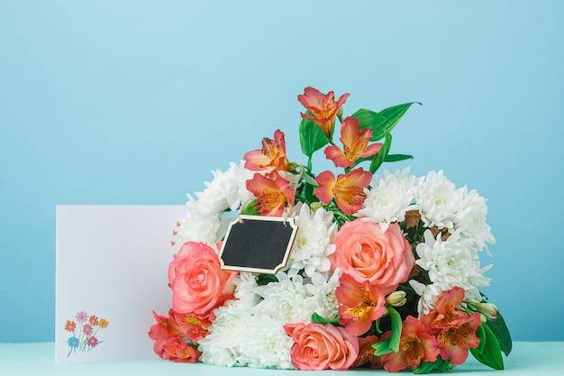 Hou van de achtergrond met roze rozen, bloemen, cadeau op tafel