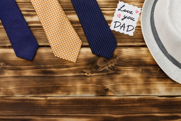 Hou van je vader auto met stropdassen en een hoed op hout achtergrond