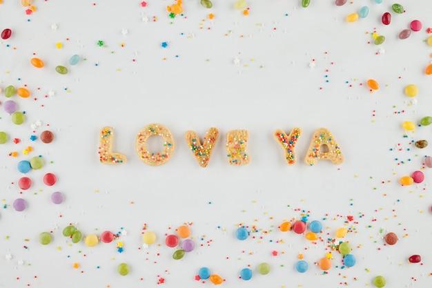 Hou van je woorden gemaakt van zelfgemaakte suikerkoekjes versierd met kleurrijke hagelslag