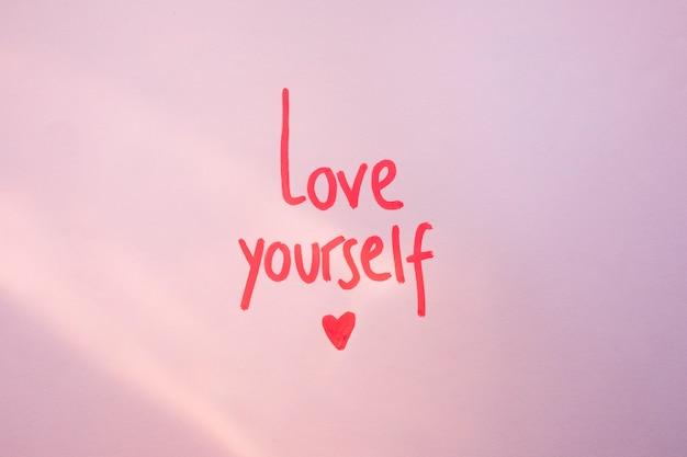 Hou van jezelf opschrift op paarse tafel