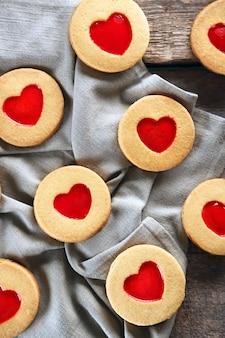 Hou van koekjes met grijze doek op houten oppervlak, close-up
