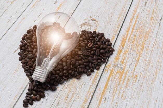 Hou van koffie drinken, koffiebonen in hartvorm, gloeilampen zenden energie uit.