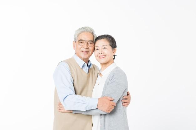 Hou van oude stellen die elkaar omhelzen
