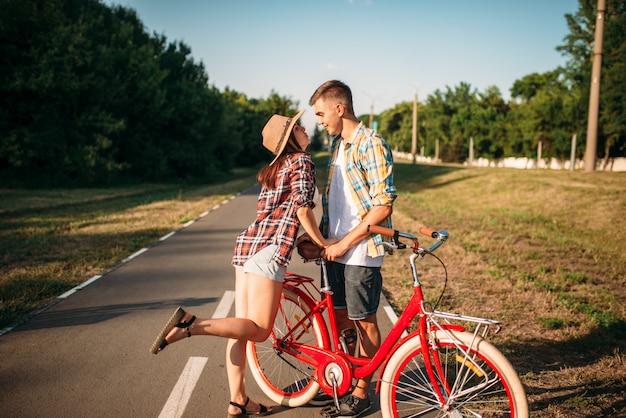 Hou van paar met vintage fiets wandelen in het park