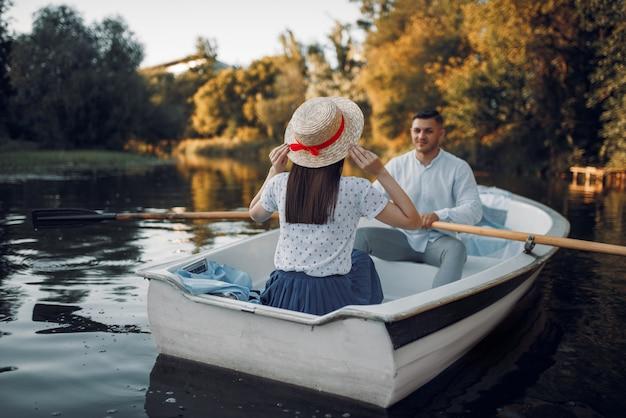 Hou van paar varen op het meer op zomerdag