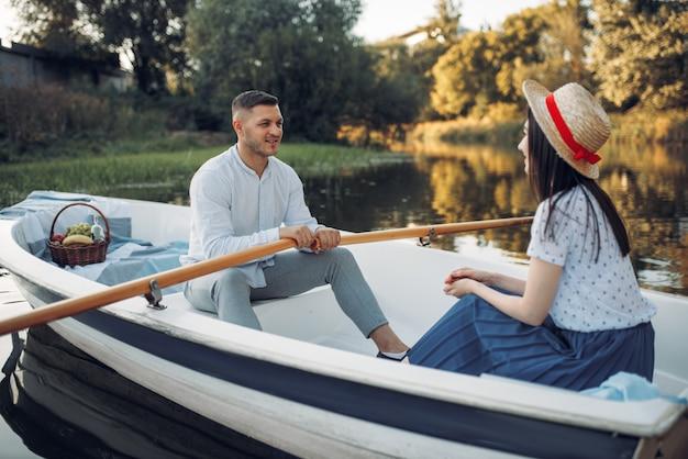 Hou van paar varen op het meer, romantische ontmoeting